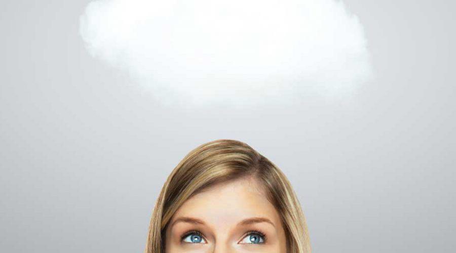 ראש אישה מביטה בענן בשמיים