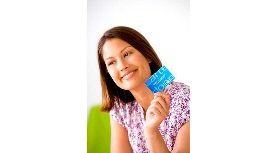 אישה מחזיקה כרטיס אשראי