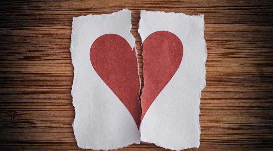 ציור לב אדום קרוע