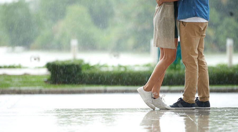 זוג מחובק ביום גשום