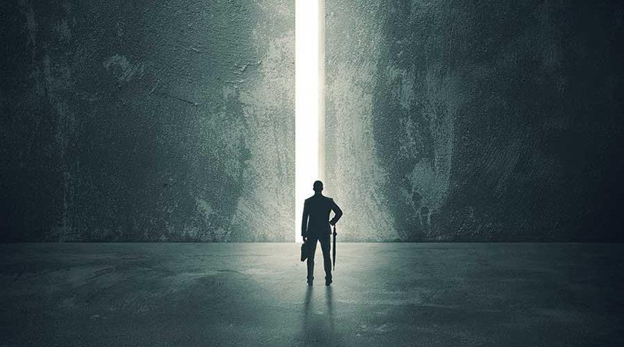 גבר עומד ומאחריו קרן אור