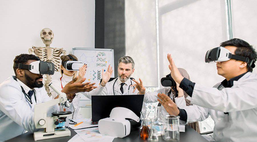 אנשי עסקים בחליפות בישיבה סביב שולחן