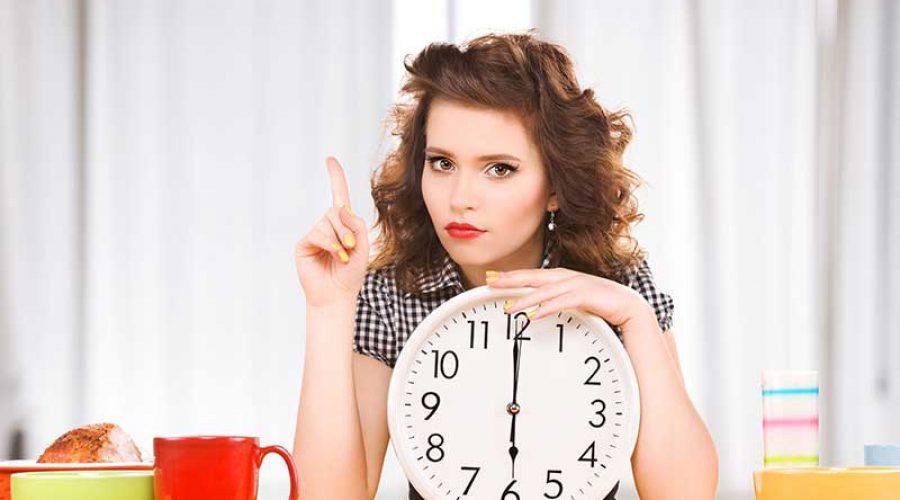 אישה נשענת על שעון קיר