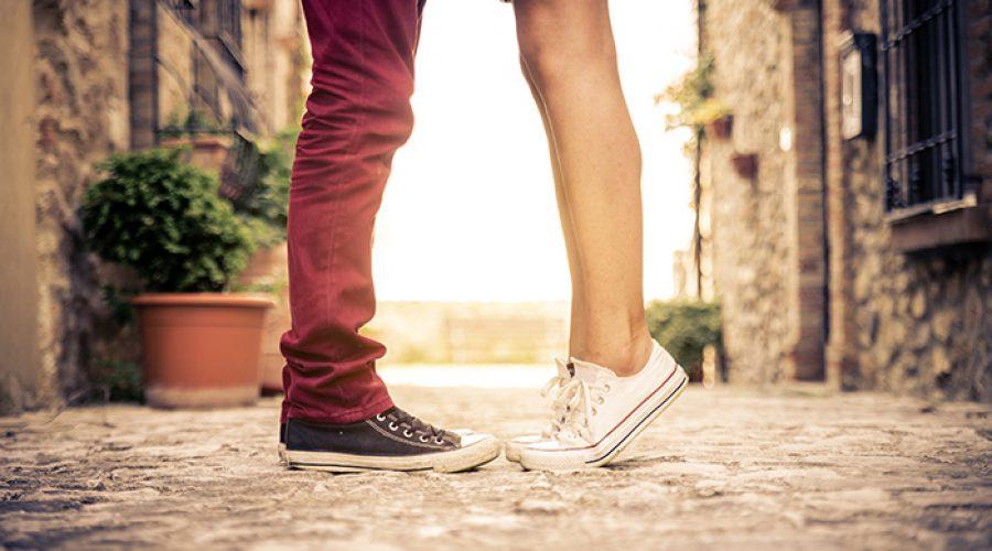 צילום רגליים של זוג מתנשקים