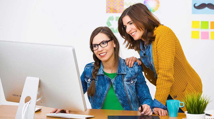 שתי נשים מביטות במסך מחשב אחד