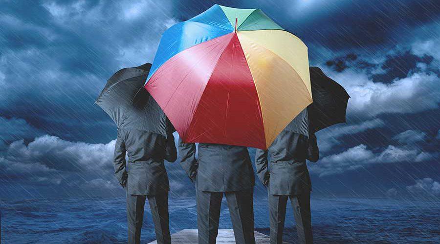 3 גברים ומטריה צבעונית
