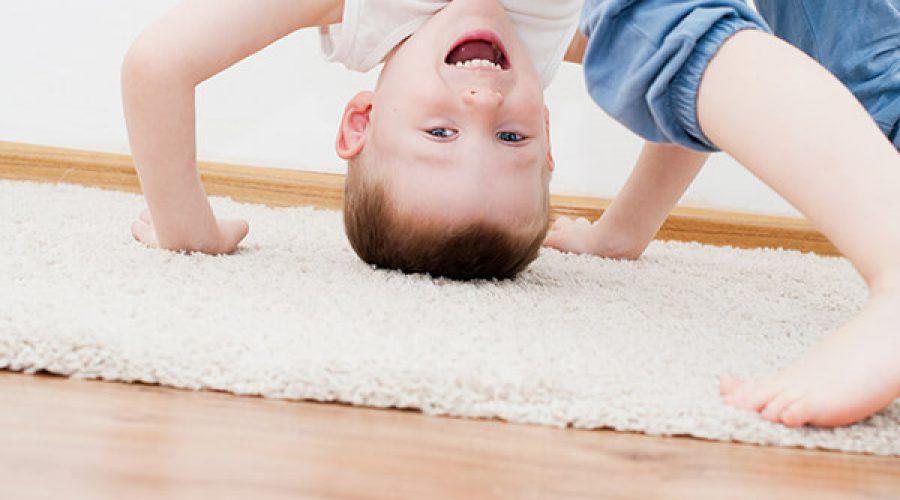 ילד על שטיח