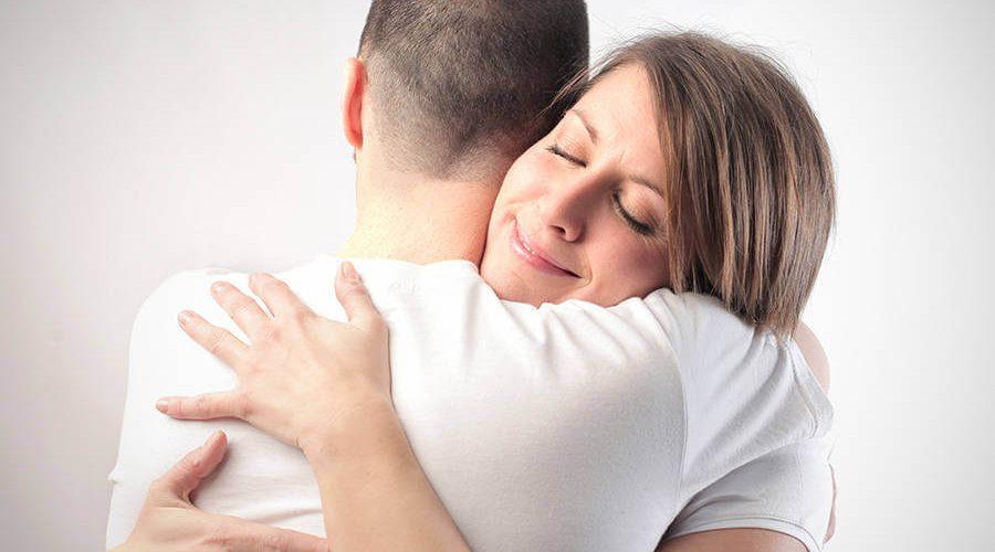 זוג צעיר מתחבק