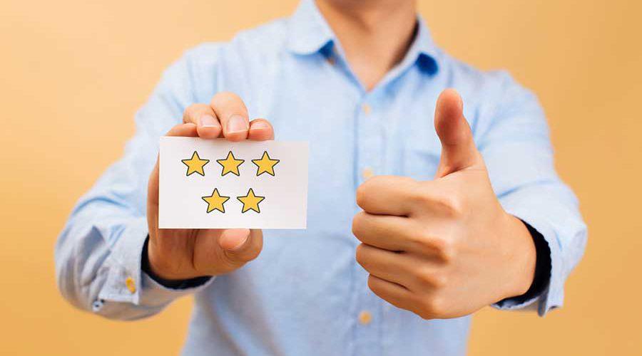 בחור מחזיק כרטיס עם ציור 5 כוכבי זהב