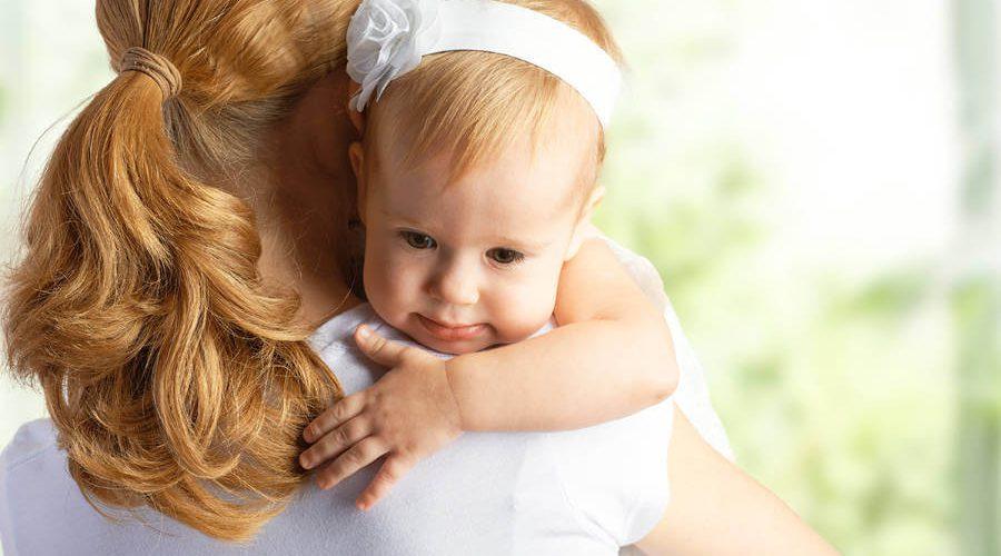 אמא מחבקת תינוקת
