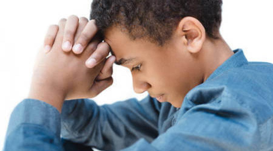 ילד משעין ראש על ידיו