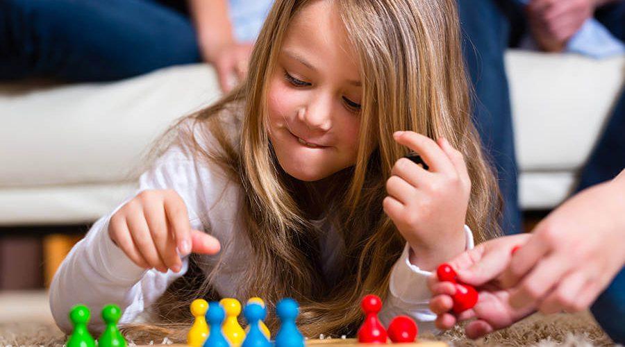 ילדה משחקת במשחק קופסא