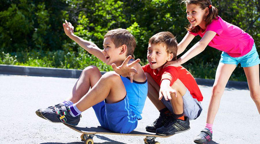 ילדים מחליקים על סקייטבורד