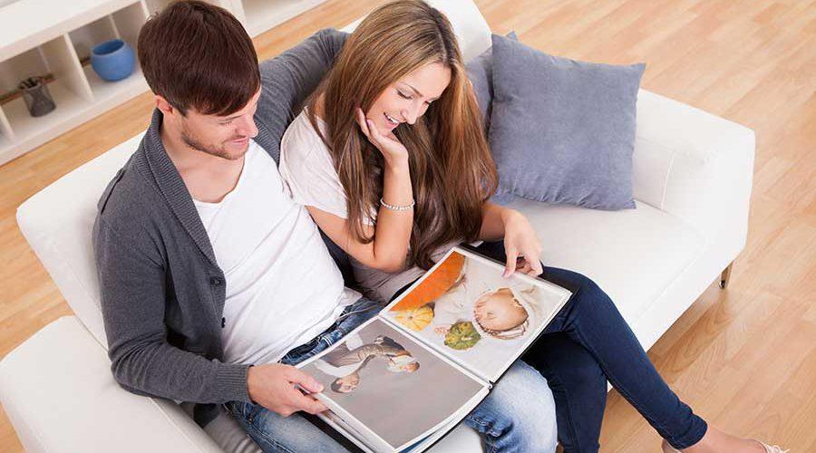 זוג על ספה מתבונן יחד בקטלוג