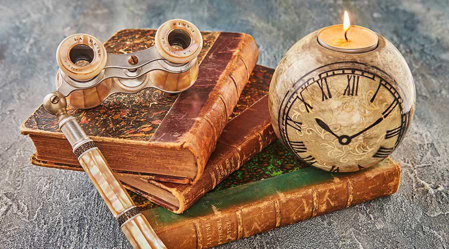 נר שעון ספרים ומשקפת