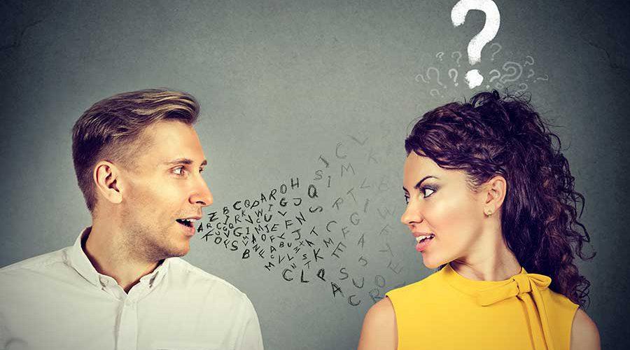 גבר ואישה מביטים אחד בשנייה