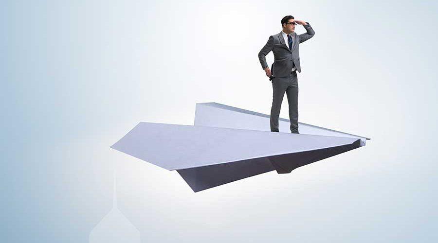 אילוסטרציה של גבר על מטוס נייר
