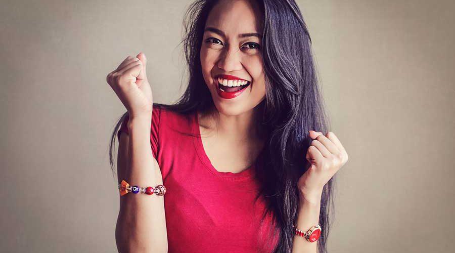 אישה בשמלה אדומה