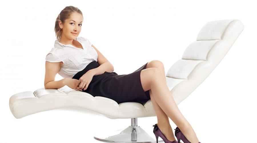 אישה על כורסא