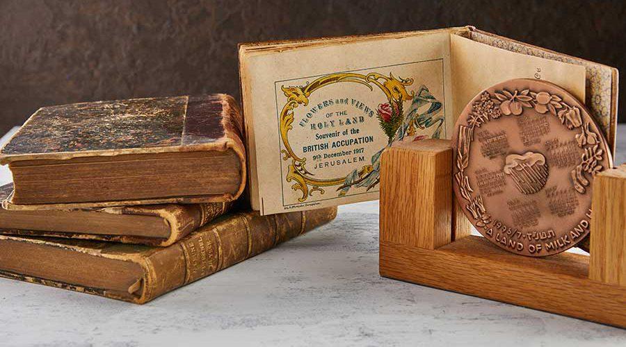 תקריב של מטבע ברונזה וספרים