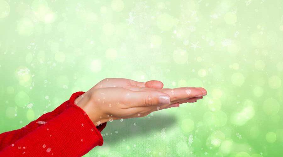 כפות ידיים פתוחות אוספות מים