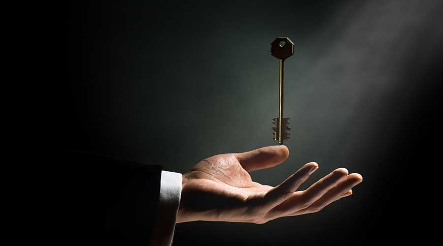 כף יד גברית מעליה מרחף מפתח