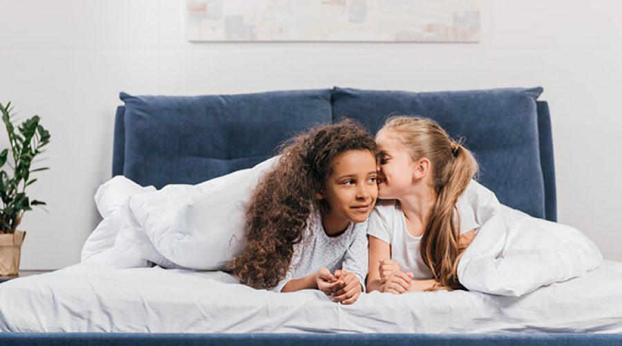 שתי ילדות משחקות במיטה