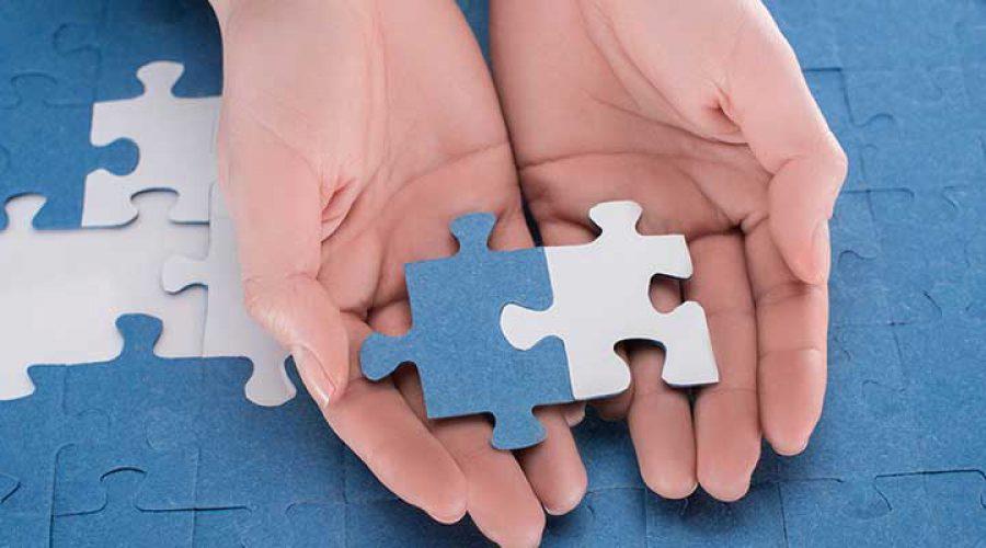 זוג ידיים מחזיקות חלק פאזל
