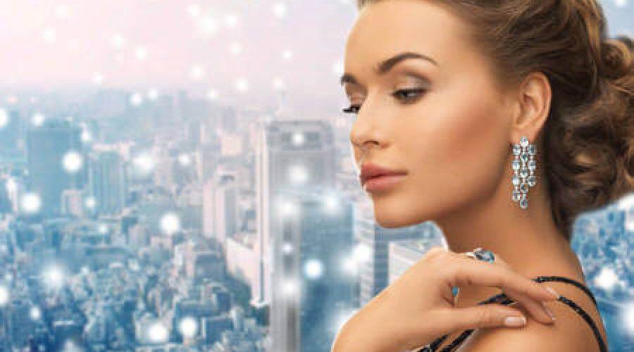 ראש אישה עם עגיל יהלומים
