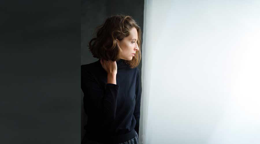 אישה בחושך צופה לאור