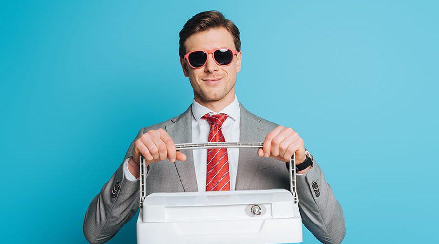 גבר במשקפיים מחזיק צידנית