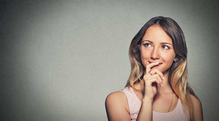 אישה מחזיקה את סנטרה