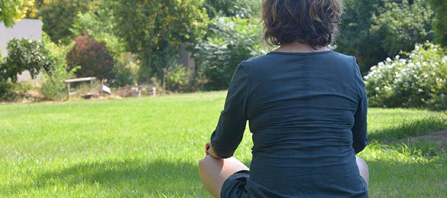 סיגל גבאי יושבת על הדשא