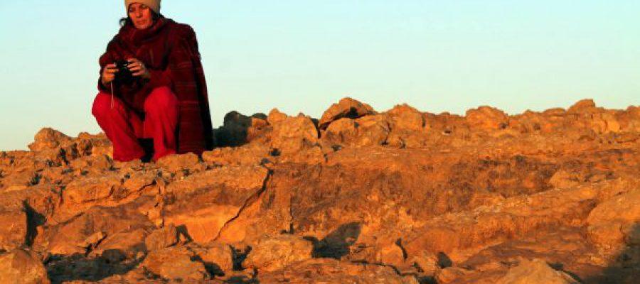 סיגל גבאי יושבת על הר במדבר