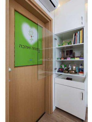 שימוש-במדבקה-ולוגו-לחלון-חדר-שירותים-בקליניקה