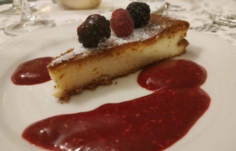 עוגת גבינה עם קולי (רוטב) פטל