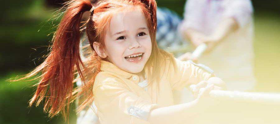 ילדה עם קוקיות משחקת