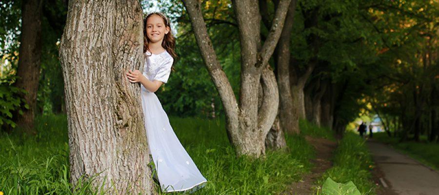 בחורה מאחורי עץ - סיפורי אגדות