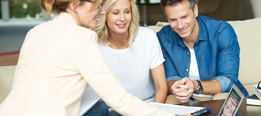 זוג ויועצת משכנתאות