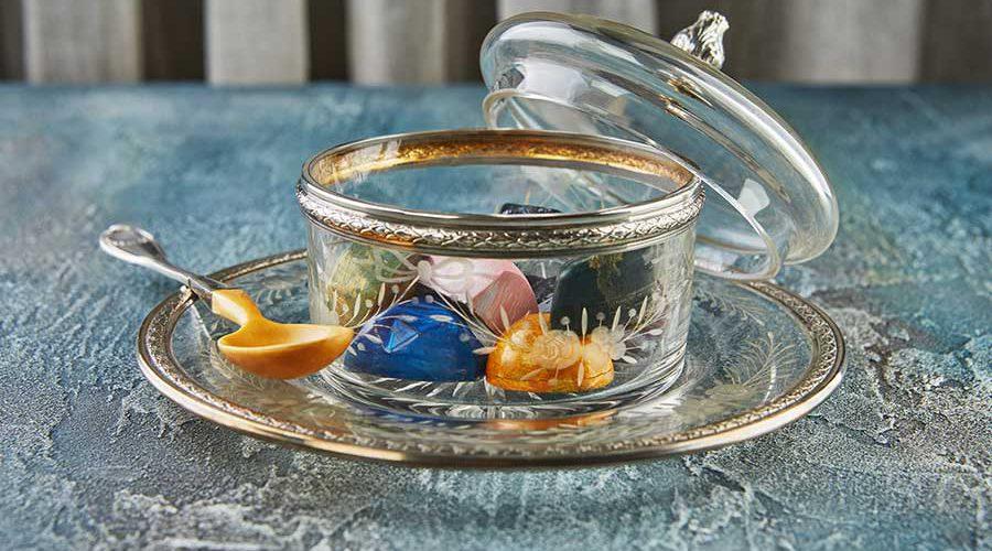 צנצנת זכוכית עם ממתקים בתוכה