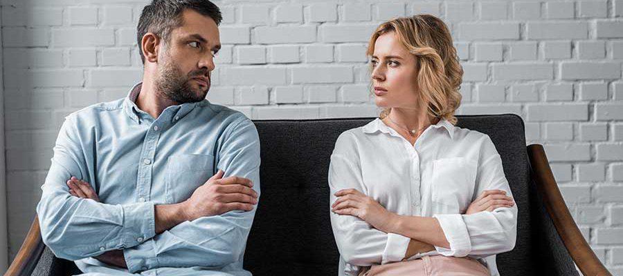 גבר ואישה ישובים על ספה