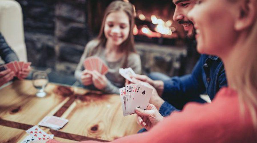 משפחה משחקת קלפים
