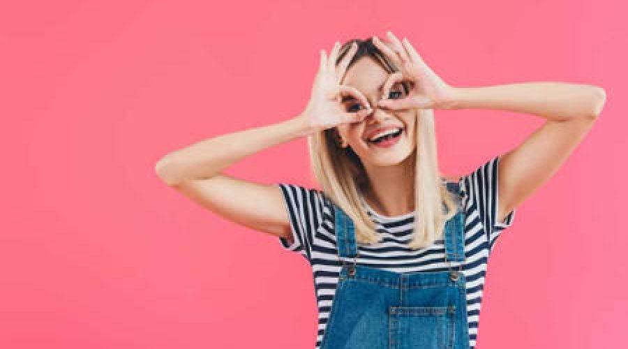 נערה עושה צורת משקפיים בידיה על עיניה