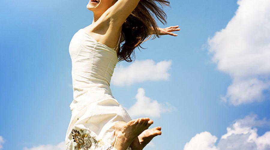 אישה שמחה קופצת לשמים