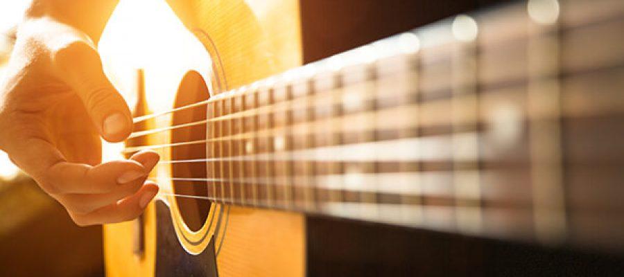 יד נשית פורטת על גיטרה
