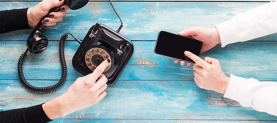 זוג ידיים מחזיקות סלולרי וזוג ידיים מחזיקות טלפון חוגה