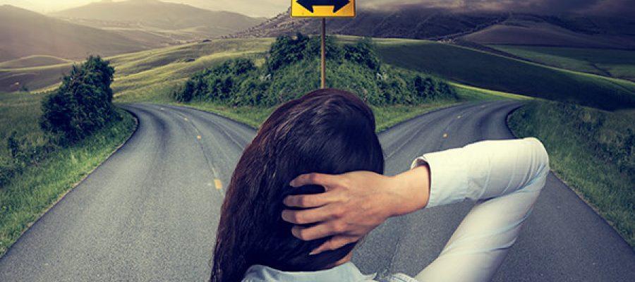 אישה נוגעת בראשה בצומת דרכים
