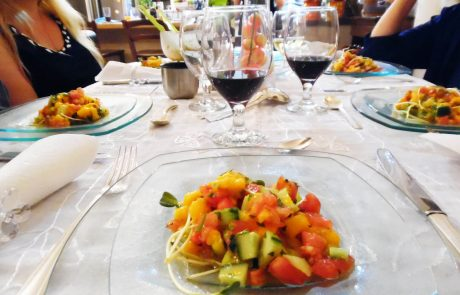 סלט מלוח-מתוק של מנגו ,מלפפון ועגבנייה