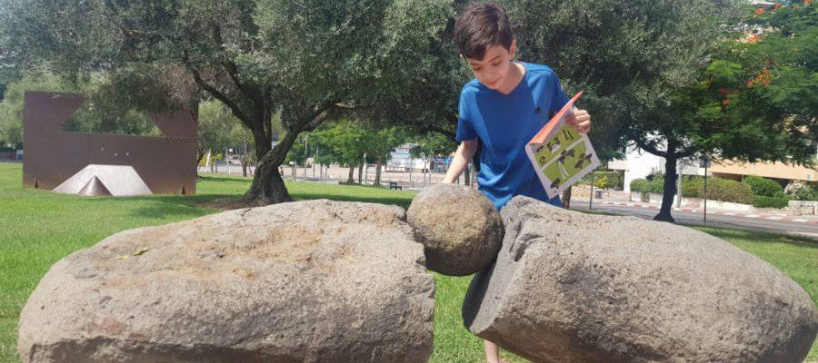 נער בגן פסלי אבן