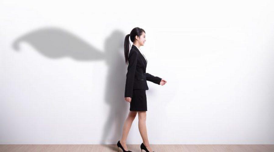 אישה חיד קיר וצללית אישה עם גלימה על הקיר